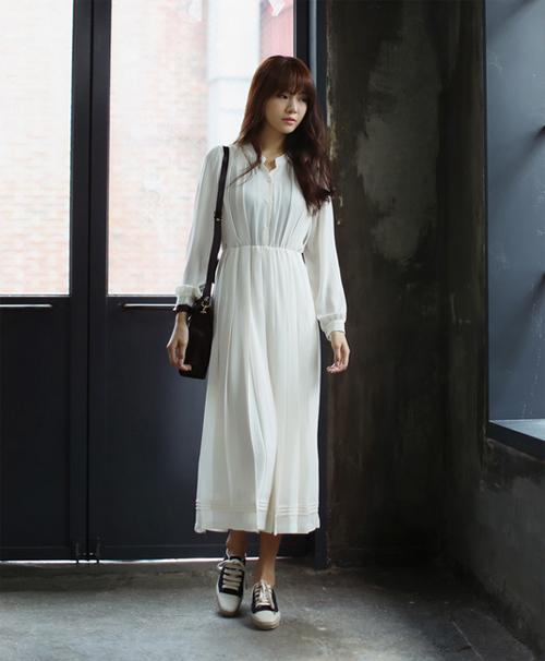 Nếu bạn lựa chọn váy maxi dài chấm mắt cá chân thì chỉ nên đi cùng giày thể thao cổ ngắn là hợp lí